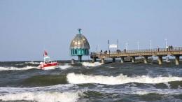 Zum Herbst hin kann es an der Seebrücke Zinnowitz auf Usedom schon mal ein bisschen stürmisch werden. Foto: djd/Eigenbetrieb Kurverwaltung Zinnowitz/M.Otto