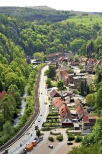Mitten im Ort führt ein Portal zur Hermannshöhle in den Berg hinein. Foto: djd/Tourismusbetrieb der Stadt Oberharz am Brocken - Rübeländer Tropfsteinhöhlen