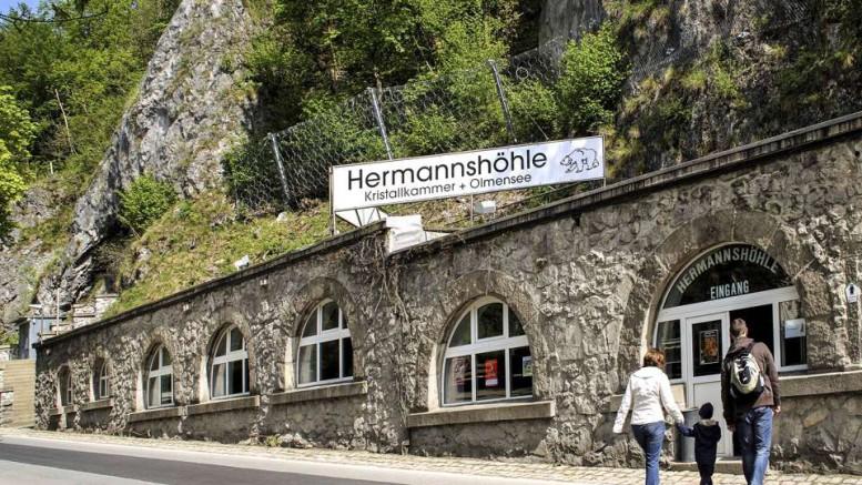 Im Foyer der Baumannshöhle erklärt eine Ausstellung die Geologie und Geschichte der Rübeländer Schauhöhlen. Foto: djd/Tourismusbetrieb der Stadt Oberharz am Brocken - Rübeländer Tropfsteinhöhlen