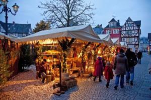 Am Schillerplatz lädt das Wetzlarer Adventsdorf zum Bummel ein. Foto: djd/Tourist-Information Wetzlar