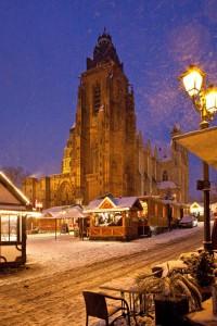 Zu Füßen des Doms bietet der Wetzlarer Weihnachtsmarkt eine Eisbahn zum Schlittschuhlaufen. Foto: djd/Tourist-Information Wetzlar