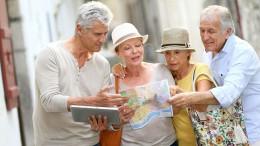Besonders Menschen ab 60 Jahren und Patienten mit chronischen Erkrankungen sollten ihren Impfstatus vor einer Reise, ob nah oder fern, überprüfen lassen.