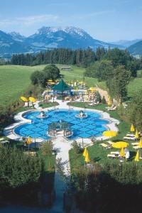 Blick auf das Hotel Peternhof in Kössen in Tirol: Im Innern des Hauses kann eine Wohlfühl-Weltreise der besonderen Art beginnen. Foto: djd/Peternhof
