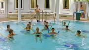 Die gesundheitsfördernde Kraft des Meerwassers lässt sich beispielsweise bei Aquarobic im Solebecken in der Nordseetherme Bensersiel erleben. Foto: djd/Tourismusbetrieb Esens-Bensersiel