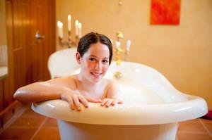 Ob mit Milch und Honig, Kräutern oder Meeresalgen - ein Wannenbad kann herrlich entspannend sein. Foto: djd/Tourismusbetrieb Esens - Bensersiel