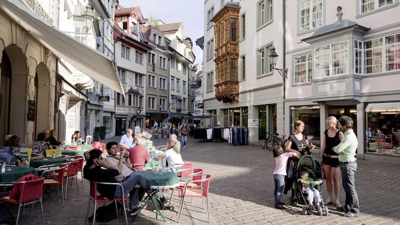 Die historische Altstadt von St.Gallen mit ihren sehenswerten Gebäuden lädt nicht nur zum Schlendern, sondern auch zum Schlemmen ein. Foto: djd/St. Gallen-Bodensee Tourismus