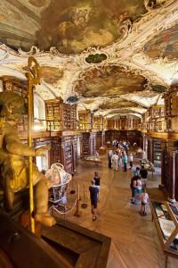 Die barocke Stiftsbibliothek in St.Gallen beherbergt nicht nur Bücher, sondern auch eine ägyptische Mumie. Foto: djd/St. Gallen-Bodensee Tourismus