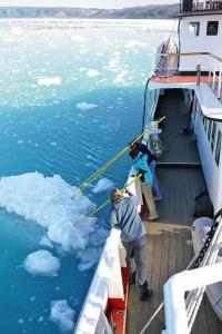 Erfahrene Expeditionsleiter erklären den Passagieren die eisigen Phänomene der Arktis. Foto: djd/Polar Kreuzfahrten