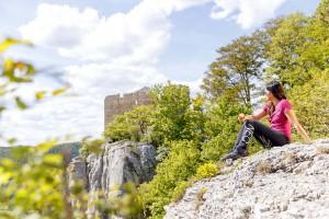 Ruine Reußenstein- Die idyllische Naturlandschaft rund um den Albtrauf lädt zu ausgiebigen Entdeckungstouren ein. Foto: djd/Landratsamt Göppingen