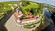 Die Klosterbrauerei Weltenburg am Donaudurchbruch ist die älteste Klosterbrauerei der Welt. Foto: djd/Tourismusverband Ostbayern e.V./flymovies