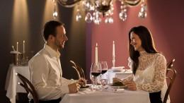 Nicht nur für frisch Verliebte ist ein romantisches Candlelight-Dinner ein Geschenk, das lange in Erinnerung bleibt. Auch zu Weihnachten oder zum Kennenlerntag ist dieses Präsent eine originelle Idee. Foto: djd/Jochen Schweizer