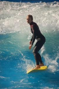 Sportlich aktiv auf Wellen reiten, einen Kletterpark bewältigen oder einen Fallschirmsprung wagen: Aktive Erlebnisse machen glücklicher als Geldgeschenke. Foto: djd/Jochen Schweizer