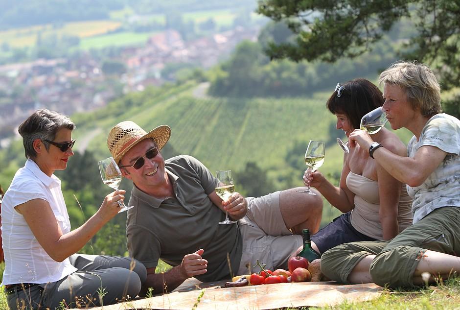 Pause mit Rebensaft: Frankens Saalestück bietet beste Voraussetzungen für einen genussvollen Weinwanderurlaub. Foto: djd/Frankens Saalestück