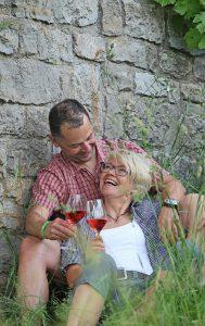 Rund um das charmante Weindorf Ramsthal im fränkischen Saaletal finden sich reizvolle Wanderwege, bei einer Pause kann man sich mit einem Gläschen Rebensaft stärken. Foto: djd/Frankens Saalestück
