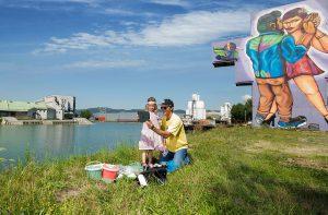 Linz und die Donau haben eine ganz besondere innige Beziehung, denn der Stadtraum am Wasser ist ein Open-Air-Museum für sich, das nicht nur blau, sondern vielfältig bunt ist. Foto: djd/Tourismusverband Linz/zoe m. riess