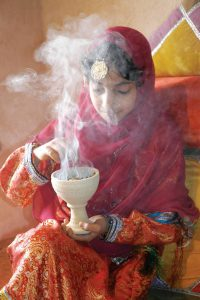 So riecht der Orient: Der Weihrauch, der seit Jahrtausenden hier gewonnen und verkauft wird, ist in Oman allgegenwärtig - und stellt zugleich ein beliebtes Urlaubsmitbringsel dar. Foto: djd/Sultanate of Oman