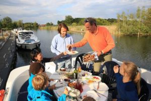 Ein Urlaub mit Freunden oder der Großfamilie auf einem Hausboot ist ein besonderes Erlebnis. Foto: djd/LeBoat/Caro Strasnik