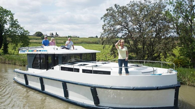 Gefühl von Freiheit und Abenteuer: Die führerscheinfreien Hausboote steuert man selber - Vorkenntnisse sind nicht nötig. Foto: djd/LeBoat