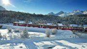 txn. Ein unvergessliches Erlebnis: mit der Rhätischen Bahn in komfortablen Panoramawagen die schneebedeckten Alpen überqueren. Die Tagestour ist für viele Schweiz-Urlauber der Höhepunkt ihres Winterurlaubs. Foto: Rhätische Bahn/txn