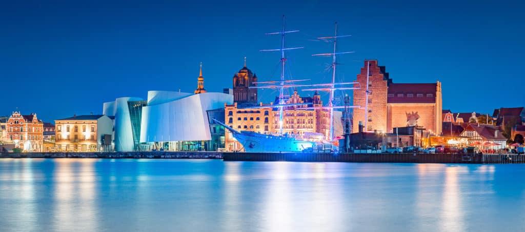 Historische Stadt Stralsund in der Abenddämmerung